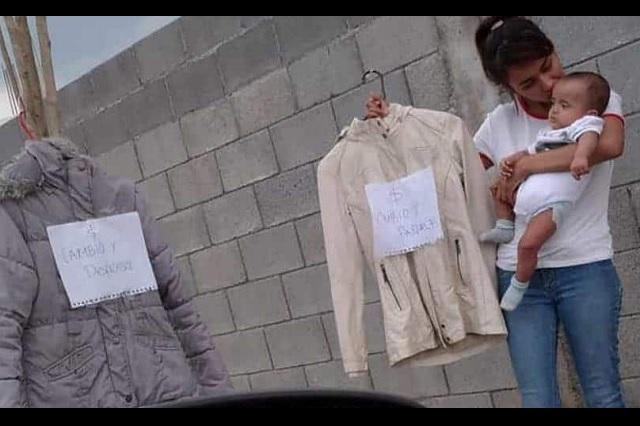 Madre desesperada cambia ropa por pañales para su bebé