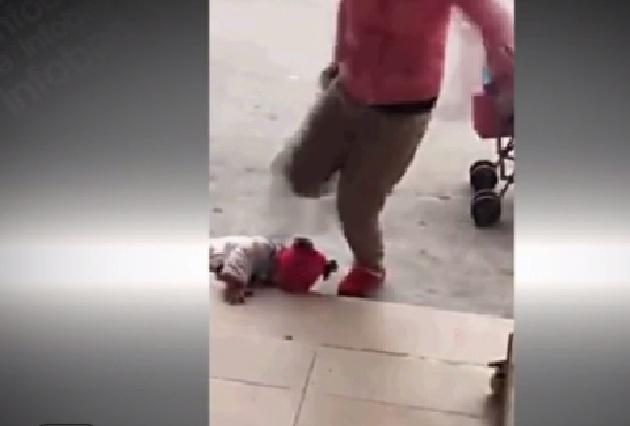 Indignante video de mujer golpeando a su bebé