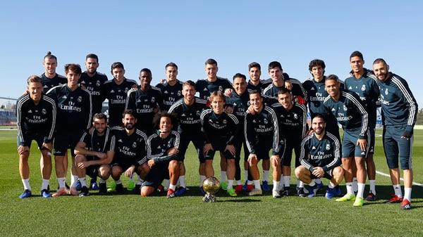 Modric posa con su Balón de Oro y compañeros del Madrid
