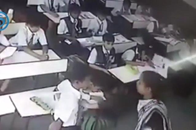 Salvaje castigo: Video exhibe la golpiza de una maestra a uno de sus alumnos