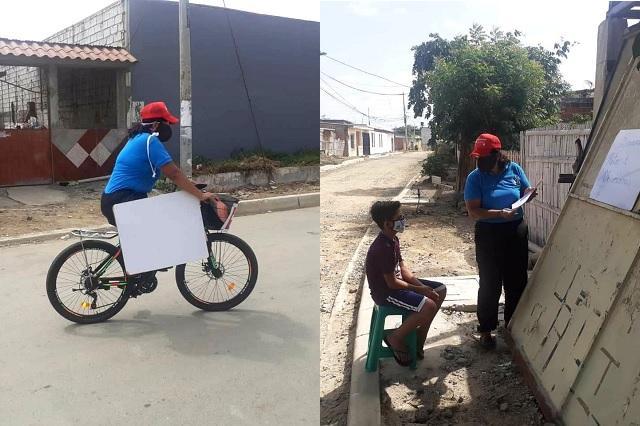 Reconocen a maestra que viajaba en bicicleta para dar clases a alumnos sin internet