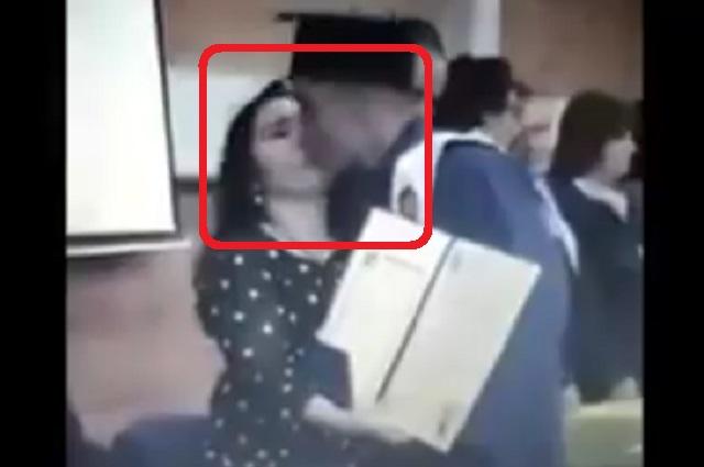 Graban el momento en que Joven besa en la boca a maestra