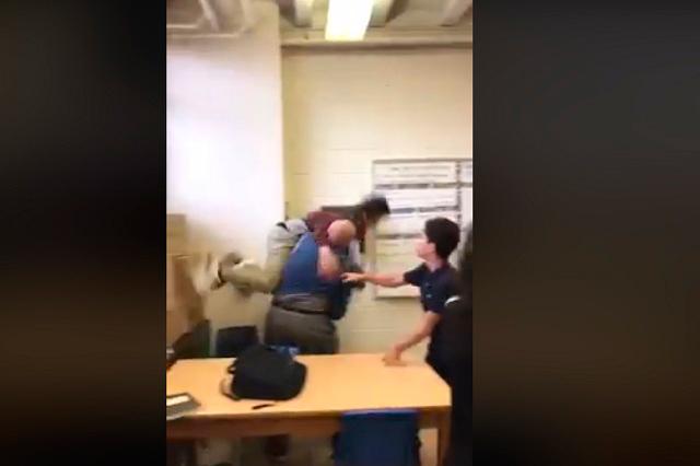Video: Maestro carga y tira de forma violenta a un estudiante en EU