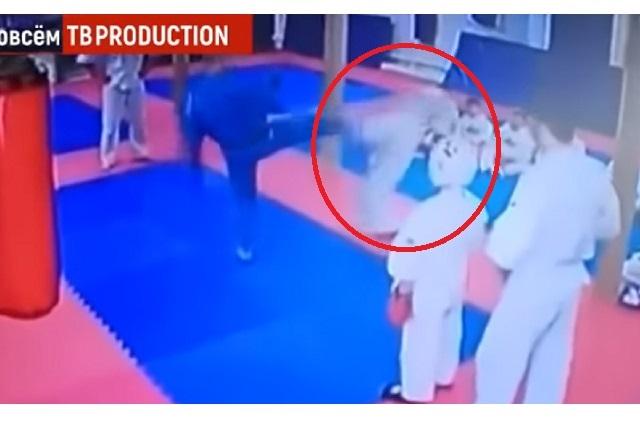 Maestro de artes marciales patea a un niño en la cabeza