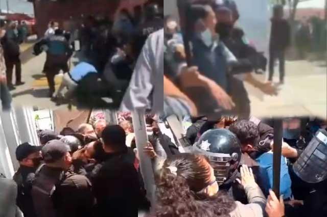 Policías estatales desalojan de la SEP a maestros de Tecamachalco