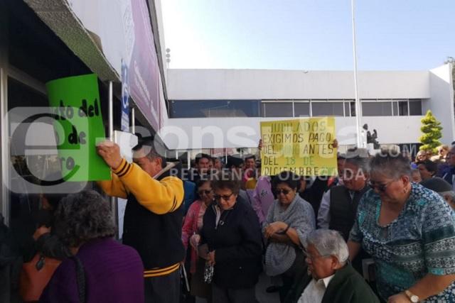 Ahora jubilados exigen a SEP de Puebla pago de seguro de retiro