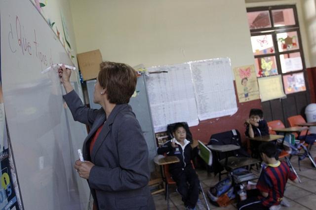 Por años de servicio, federación premia a maestros con 94 mdp