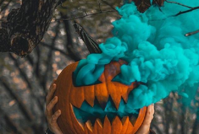 Por maldición pasan noche de Halloween en tumba de profesor