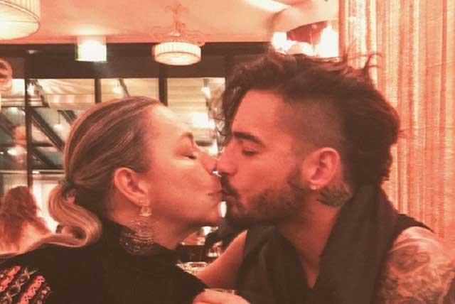 Maluma planta beso en la boca a su mamá y enciende las redes sociales