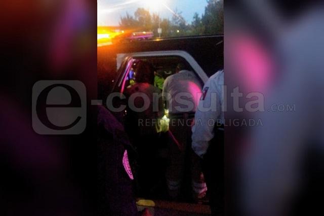 Mujer amaga con lanzar a bebé de puente en Calzada Zaragoza