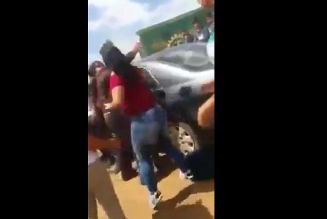 VIDEO Mujer golpea a chica que le hizo un ofensivo meme a su hija