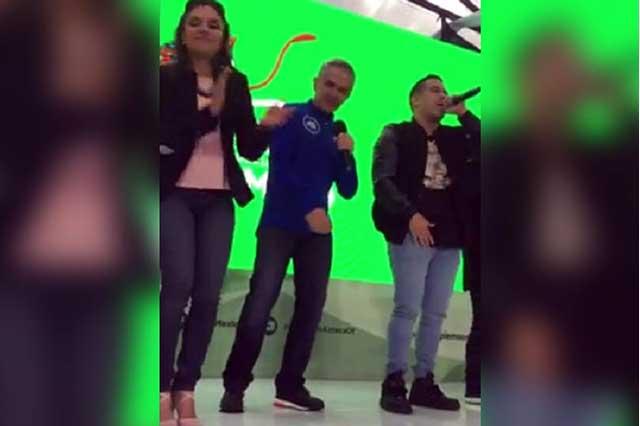Graban a Mancera bailando rap durante la jornada ambiental