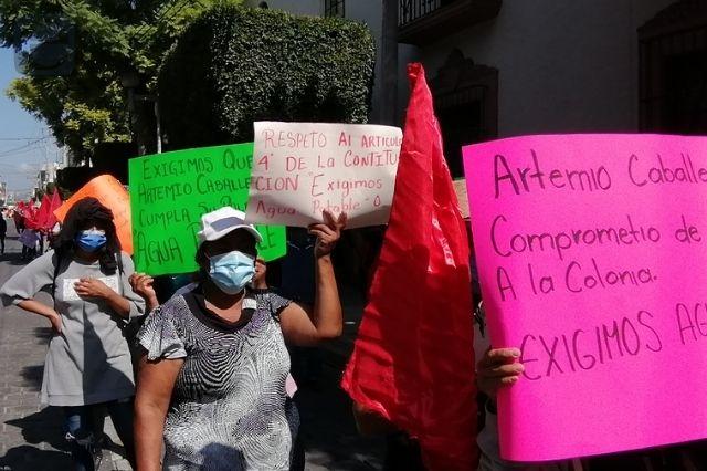 Artemio Caballero promete agua a colonia y no les cumple