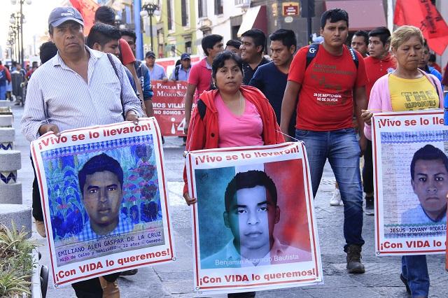 En memoria de Ayotzinapa se manifiestan estudiantes, comerciantes y maestros