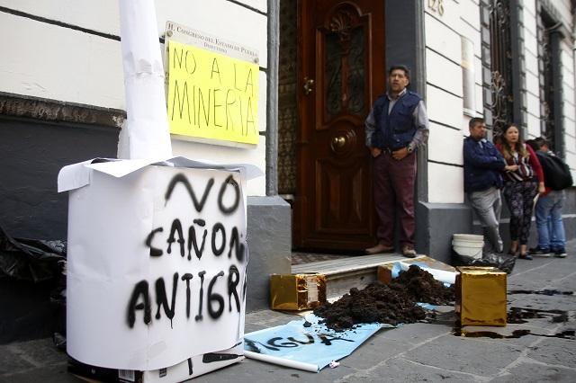 Lanzan estiércol al Congreso para protestar contra Granjas Carroll