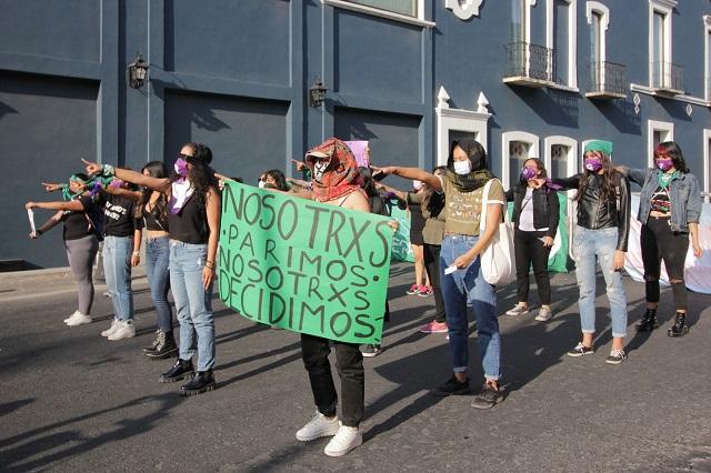 Entre vallas y policías, feministas cantan Un violador en tu camino