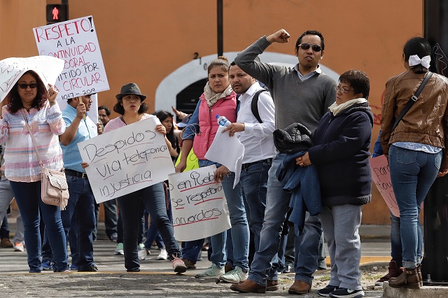Protestan poblanos despedidos por Insabi en Palacio Nacional