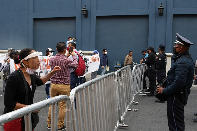 Despedidos del Seguro Popular protestan en visita de López-Gatell