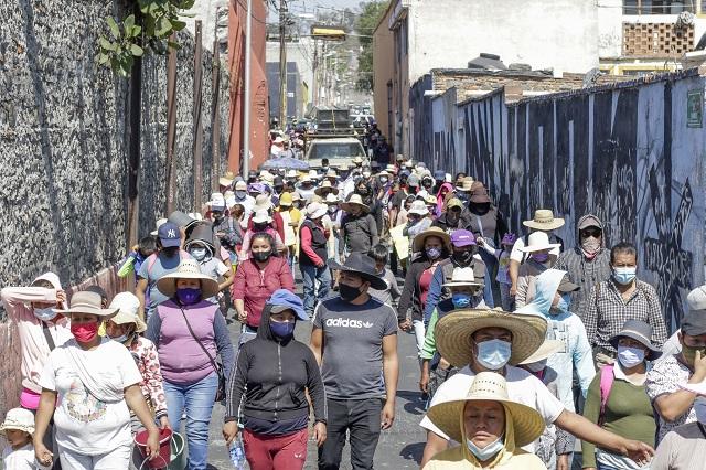 Vecinos de la Resurrección exigen agua; Amalucan defiende mercado