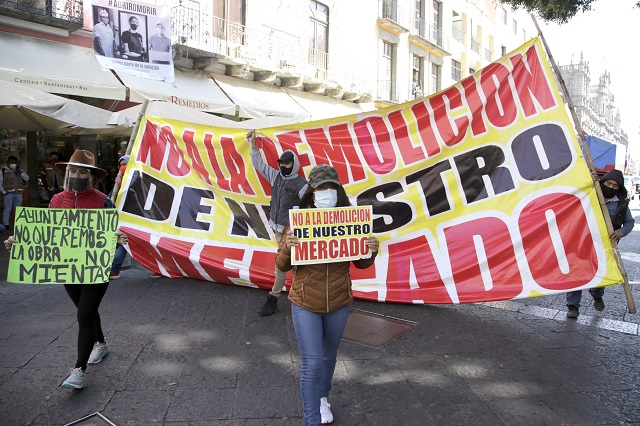 Locatarios de Amalucan insisten en impedir obra en el mercado