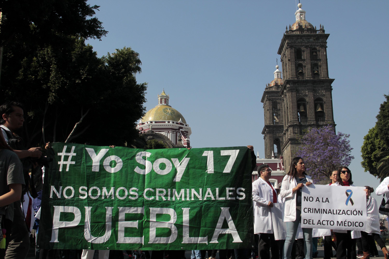 Protestan médicos poblanos por compañero acusado de homicidio