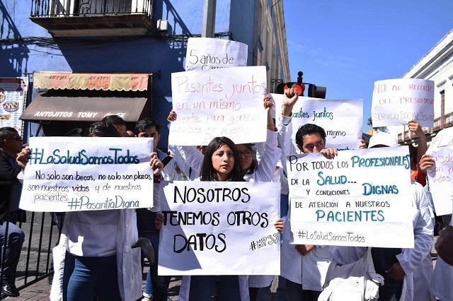 Becas para pasantes de medicina no se reducen: Secretaría de Salud