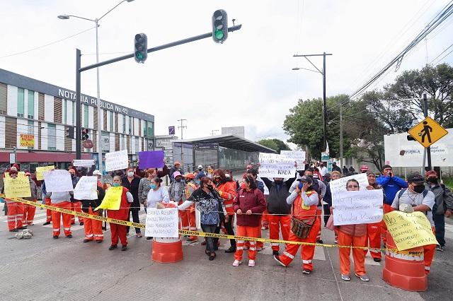 Naranjitas cierran bulevar Valsequillo en demanda de aumento salarial