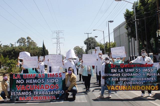 Exigen en unidad del IMSS Amalucan vacuna anti Covid