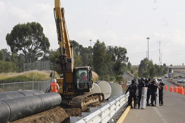 Bloquean accesos al aeropuerto de Puebla por rechazar desagüe