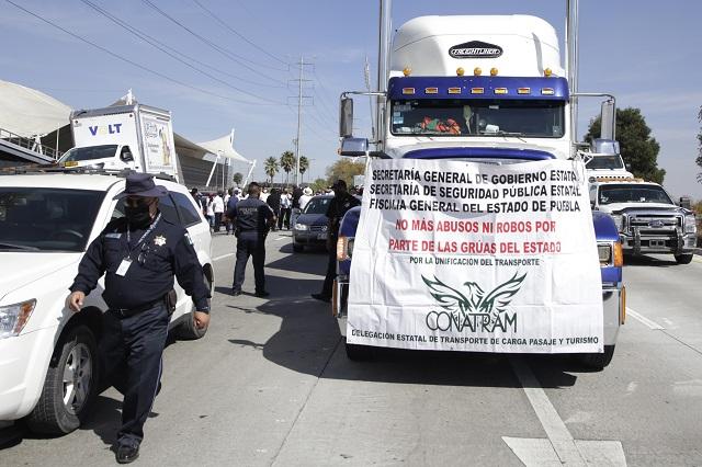 Contra delitos y extorsiones de policías protestan transportistas