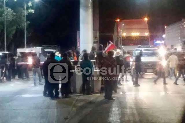 Manifestantes toman caseta de Amozoc durante 2 horas