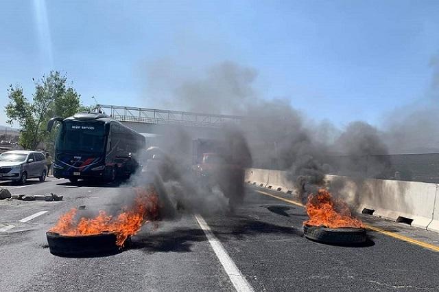 Bloquean la México-Puebla por mujer que atropelló a su hija