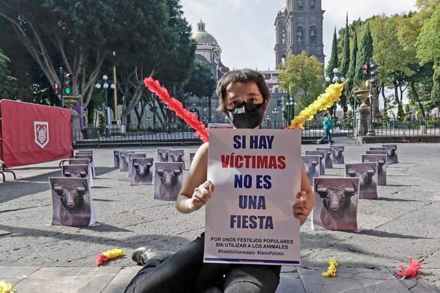 'NO es una fiesta', dicen en el zócalo con protesta anti taurina