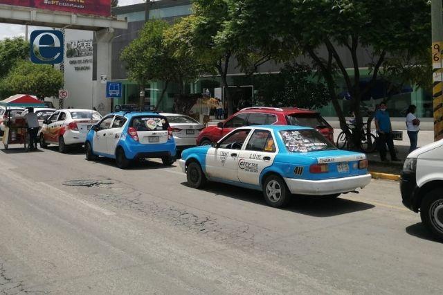 Taxistas en Tehuacán acusan a autoridades por retener unidad