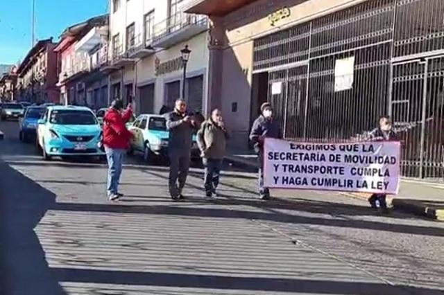 Se manifiestan taxistas de Teziutlán contra el pirataje