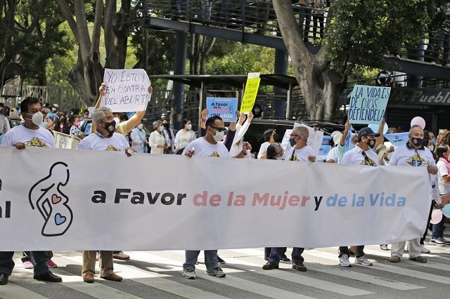 Poblanos se manifiestan contra el aborto y contra la SCJN