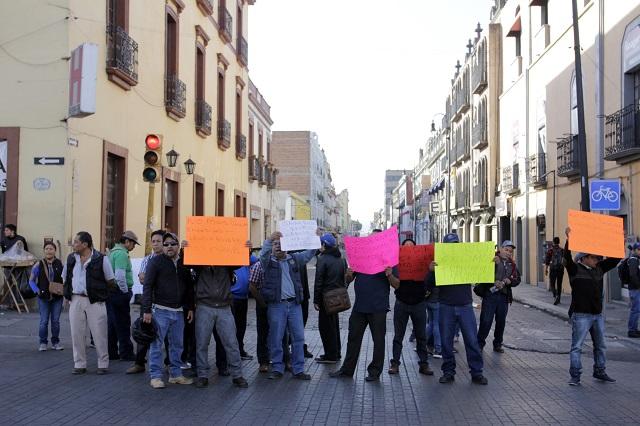 Reclaman a Claudia Rivera por despidos y bloquean la 11 Norte
