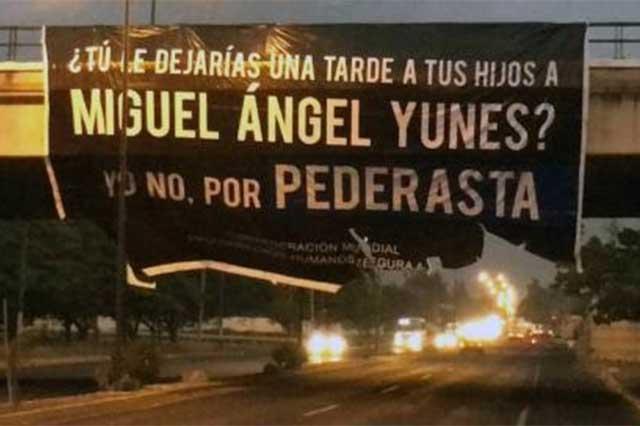 Con mantas denuncian que Miguel Ángel Yunes es un pederasta