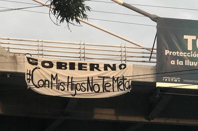 Mantas en Puebla con leyenda: Gobierno: con mis hijos no te metas