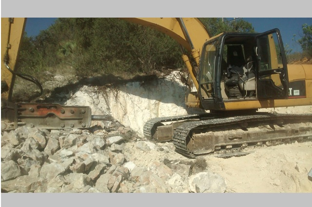 Pobladores de Atzitzihuacan impiden extracción de material rocoso