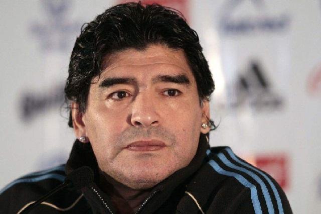 Indigna foto de Maradona: cazó un animal en peligro de extinción