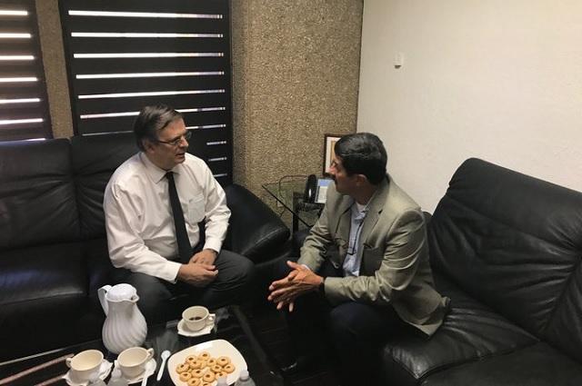Ebrard entrega a la FGR datos sobre la masacre en El Paso