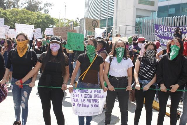 Con brillantina y consignas piden castigo para policías violadores