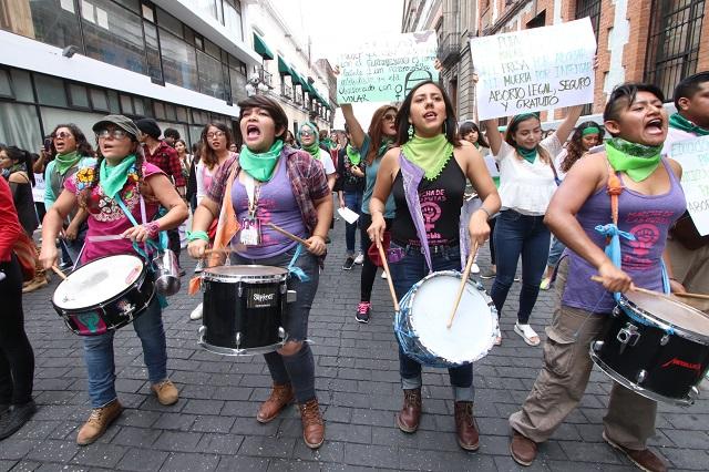 Mujeres en manifestación exigen despenalizar el aborto en Puebla