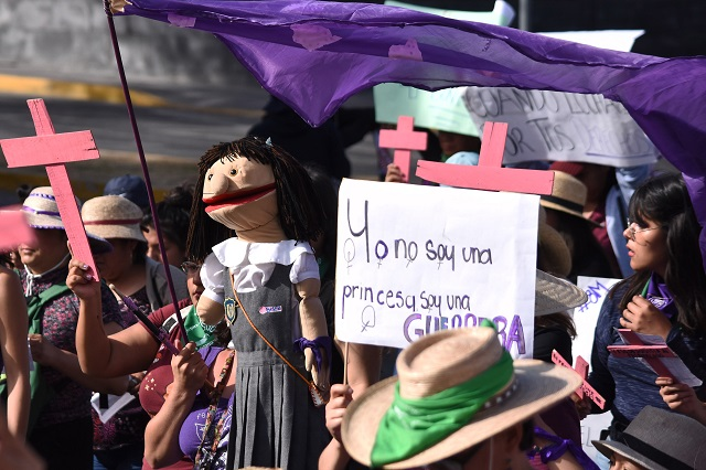 Llegan manifestaciones de mujeres al zócalo poblano