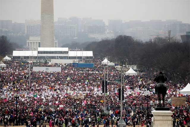 Durante marchas, miles de mujeres repudian el gobierno de Trump