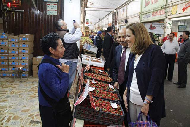Margarita Zavala visita la Central de Abastos y comerciantes no la reconocen