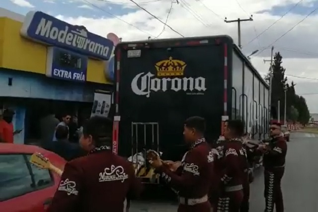 Hasta mariachis le llevan a camión repartidor de cerveza en Saltillo