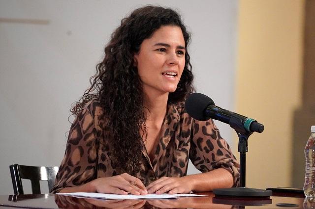 Luisa Alcalde aclara que sí tenía cubrebocas… pero se lo retiró para hablar