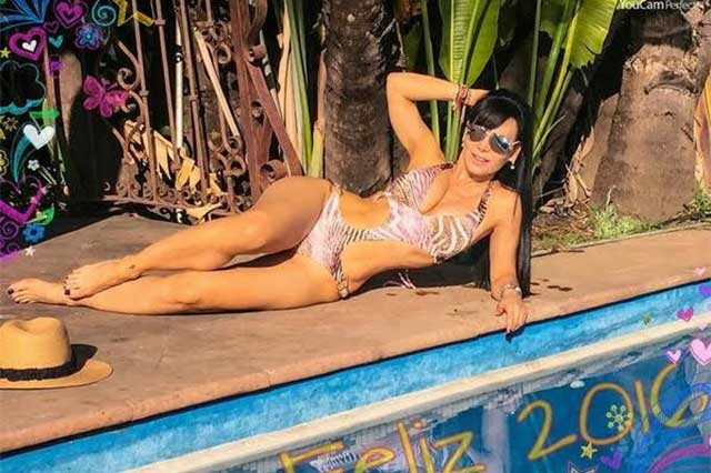 Cautiva Maribel Guardia con sensual bikini a internautas